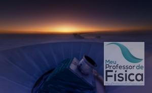 Pôr do sol e o telescópio do projeto BICEP2 no pólo sul