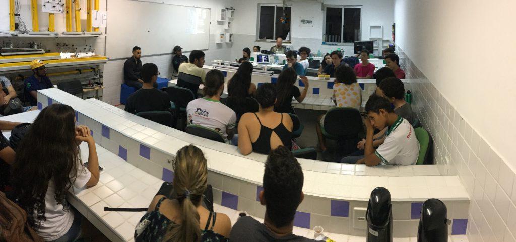 Segundo momento do mini-evento onde todos se dirigiram ao LABINOV para continuar as discussões e observar a demonstração das ondas cerebrais.